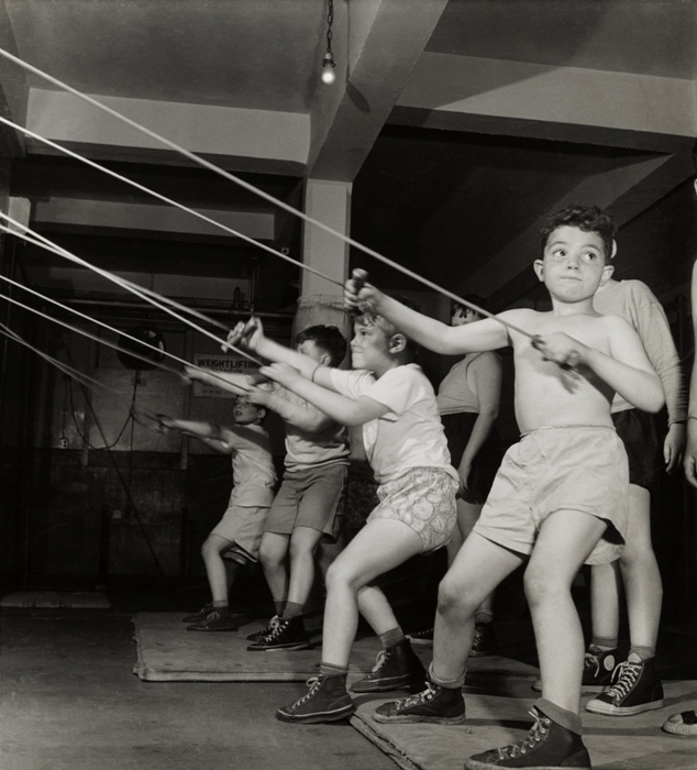 23_RomanVishniac_Boys_in_gymnasium