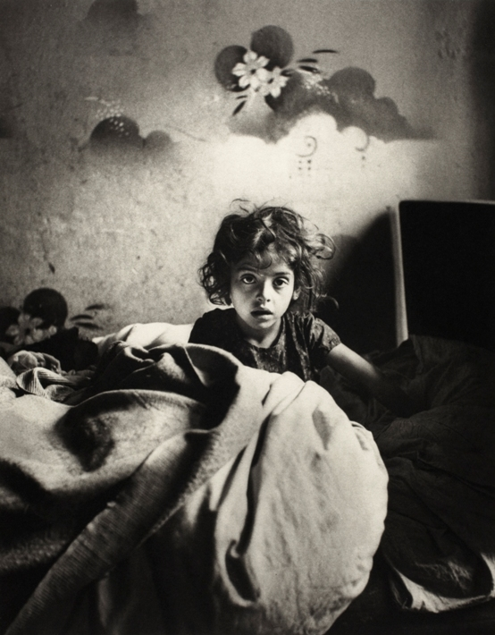 9_RomanVishniac_Sara_in_bed