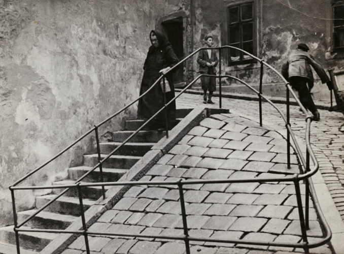 11_RomanVishniac_Inside_the_Jewish_quarter