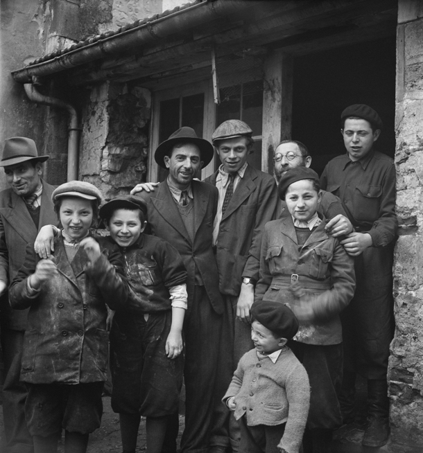 20_RomanVishniac_Survivors_outside_matzoh_factory