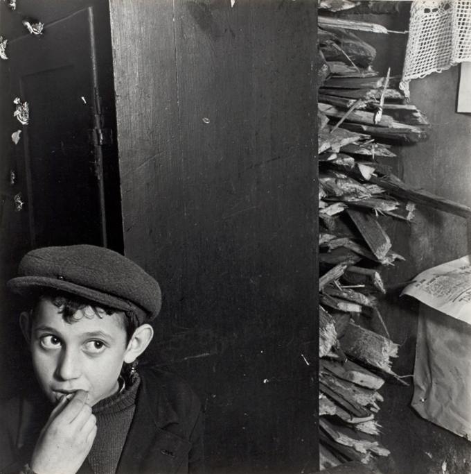 6_RomanVishniac_Boy_with_kindling